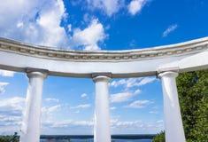 Άσπρη αψίδα με τις δωρικές στήλες ενάντια στο μπλε ουρανό Στοκ φωτογραφία με δικαίωμα ελεύθερης χρήσης