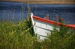 Άσπρη βάρκα με την κόκκινη περιποίηση Στοκ εικόνες με δικαίωμα ελεύθερης χρήσης