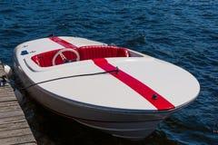 Άσπρη βάρκα με το κόκκινο λωρίδα Στοκ εικόνα με δικαίωμα ελεύθερης χρήσης