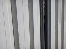 Άσπρη βιομηχανική περιοχή φρακτών μετάλλων arounf Στοκ εικόνα με δικαίωμα ελεύθερης χρήσης