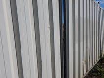 Άσπρη βιομηχανική περιοχή φρακτών μετάλλων arounf Στοκ φωτογραφία με δικαίωμα ελεύθερης χρήσης