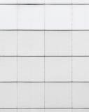 Άσπρη βιομηχανική σύσταση τοίχων με την επικεράμωση μετάλλων στοκ φωτογραφία με δικαίωμα ελεύθερης χρήσης