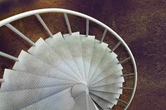 Άσπρη βρώμικη σπειροειδής σκάλα χάλυβα στο εργοστάσιο Στοκ εικόνες με δικαίωμα ελεύθερης χρήσης
