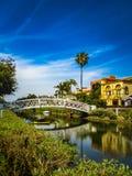 Άσπρη γέφυρα και όμορφα σπίτια κατά μήκος των καναλιών της Βενετίας Στοκ Φωτογραφίες