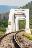 Άσπρη γέφυρα σιδηροδρόμων στο lumphun Ταϊλάνδη Στοκ Εικόνα