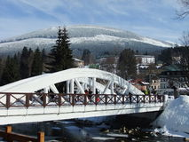 Άσπρη γέφυρα στο θέρετρο βουνών Στοκ Εικόνες