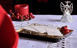 Άσπρη γκοφρέτα Χριστουγέννων στον πίνακα Oplatek Στοκ φωτογραφίες με δικαίωμα ελεύθερης χρήσης