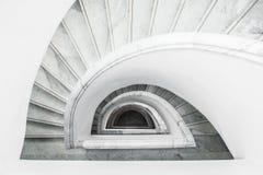 Άσπρη γκρίζα σπειροειδής σκάλα με το κιγκλίδωμα, τοπ άποψη Στοκ Εικόνες