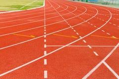 Άσπρη γραμμή εξόρμησης στην κόκκινη τρέχοντας διαδρομή Στοκ Φωτογραφίες