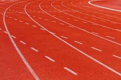 Άσπρη γραμμή εξόρμησης στην κόκκινη τρέχοντας διαδρομή Στοκ φωτογραφίες με δικαίωμα ελεύθερης χρήσης