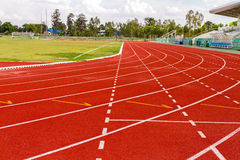 Άσπρη γραμμή εξόρμησης στην κόκκινη τρέχοντας διαδρομή Στοκ Εικόνα