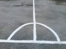 Άσπρη γραμμή λουρίδων και καμπυλών στην άσφαλτο ή τον γκρίζο δρόμο στοκ εικόνες
