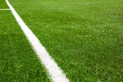 Άσπρη γραμμή σε μια χλόη γηπέδων ποδοσφαίρου Στοκ Εικόνα