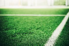Άσπρη γραμμή στον πράσινο αθλητικό τομέα χλόης στοκ φωτογραφία με δικαίωμα ελεύθερης χρήσης