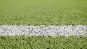 Άσπρη γραμμή του γηπέδου ποδοσφαίρου Οριζόντιος πυροβολισμός ολισθαινόντων ρυθμιστών κινηματογραφήσεων σε πρώτο πλάνο απόθεμα βίντεο