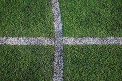 Άσπρη γραμμή λωρίδων στον πράσινο τομέα χλόης Στοκ Φωτογραφίες