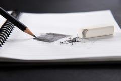άσπρη γόμα και μαύρο μολύβι στοκ φωτογραφία