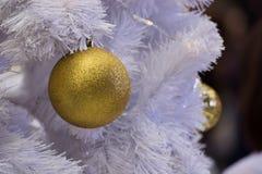 Άσπρη διακοσμημένη πυρκαγιά χριστουγεννιάτικων δέντρων και ζωηρόχρωμες σφαίρες στοκ εικόνες με δικαίωμα ελεύθερης χρήσης