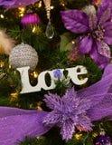 Άσπρη διακόσμηση σημαδιών αγάπης στο χριστουγεννιάτικο δέντρο Στοκ Εικόνες