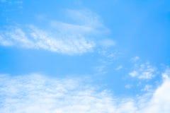 άσπρη εικόνα υποβάθρου σύννεφων και μπλε ουρανού θαμπάδων Στοκ εικόνες με δικαίωμα ελεύθερης χρήσης