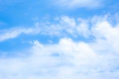 άσπρη εικόνα υποβάθρου σύννεφων και μπλε ουρανού θαμπάδων Στοκ Εικόνες
