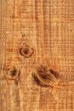 Άσπρη λεκιασμένη πεύκο σύσταση τραχιάς επιφάνειας σανίδων με τον κόμβο - λεπτομέρεια Στοκ Φωτογραφία
