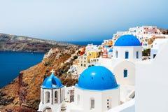 Άσπρη εκκλησία με τους μπλε θόλους στο νησί Santorini, Ελλάδα Στοκ εικόνες με δικαίωμα ελεύθερης χρήσης