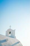 Άσπρη εκκλησία στο νησί Santorini, Oia, Ελλάδα Στοκ Εικόνες