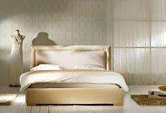 Άσπρη εκλεκτής ποιότητας κρεβατοκάμαρα στοκ εικόνες
