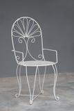 Άσπρη εκλεκτής ποιότητας καρέκλα στον γκρίζο τοίχο Στοκ Εικόνα