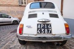 Άσπρη εξουσιοδότηση αυτοκίνητο πόλεων 500 Λ στην οδό Στοκ Φωτογραφίες