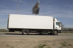 Άσπρη επιτάχυνση φορτηγών παράδοσης στην οδό στοκ φωτογραφίες