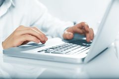 άσπρη εργασία lap-top κινητών τηλεφώνων επιχειρηματιών ανασκόπησης Στοκ εικόνες με δικαίωμα ελεύθερης χρήσης