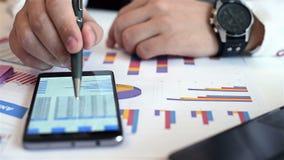 άσπρη εργασία lap-top κινητών τηλεφώνων επιχειρηματιών ανασκόπησης απόθεμα βίντεο