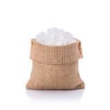 Άσπρη ζάχαρη βράχου στο μικρό σάκο beeing έννοιας λευκό τεχνολογίας συνδέσμων απομονωμένο εστίαση καλυμμένο στούντιο Στοκ φωτογραφία με δικαίωμα ελεύθερης χρήσης