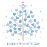 Άσπρη ημέρα, δέντρο με διαμορφωμένα τα καρδιά φύλλα και τα μικρά πουλιά Στοκ Φωτογραφίες