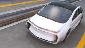 Άσπρη ηλεκτρική οδήγηση αυτοκινήτων στην εθνική οδό απόθεμα βίντεο