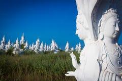 άσπρη θέση του Βούδα στο υπόβαθρο μπλε ουρανού Στοκ Φωτογραφίες