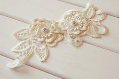 Άσπρη διακόσμηση υφάσματος δαντελλών με τα μικρά μαργαριτάρια και τα διαμάντια Στοκ φωτογραφία με δικαίωμα ελεύθερης χρήσης