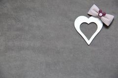 Άσπρη καθαρή καρδιά σε ένα γκρίζο υπόβαθρο για όλους τους εραστές Στοκ Εικόνες