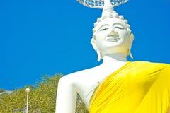 Άσπρη καθισμένη εικόνα και μπλε ουρανός του Βούδα στον ταϊλανδικό ναό Στοκ φωτογραφία με δικαίωμα ελεύθερης χρήσης