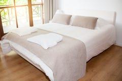 Άσπρη και καφετιά σαφής κρεβατοκάμαρα Στοκ φωτογραφία με δικαίωμα ελεύθερης χρήσης