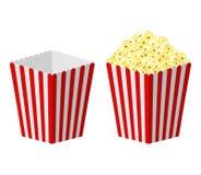 Άσπρη και κόκκινη ριγωτή popcorn εγγράφου τσάντα που απομονώνεται στο άσπρο υπόβαθρο Κλασικό πλήρες και κενό popcorn κινηματογραφ Στοκ Εικόνες