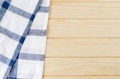 Άσπρη και μπλε πετσέτα στον ξύλινο πίνακα Στοκ Φωτογραφίες