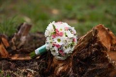 Άσπρη και ρόδινη γαμήλια ανθοδέσμη με το χρυσάνθεμο Στοκ φωτογραφίες με δικαίωμα ελεύθερης χρήσης