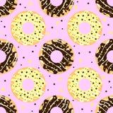 Άσπρη και σκοτεινή σοκολάτα donuts με το ρόδινο σκηνικό Στοκ Εικόνες