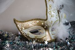 Άσπρη και χρυσή μάσκα venecian Στοκ Φωτογραφία