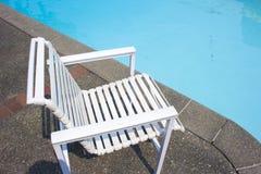 Άσπρη καρέκλα από την ιδιωτική πλευρά λιμνών Στοκ Φωτογραφίες