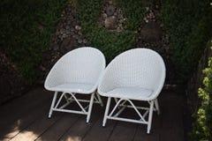 Άσπρη καρέκλα δύο στον κήπο Στοκ Εικόνες