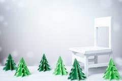 Άσπρη καρέκλα στο χιονώδες χειμερινό υπόβαθρο με τα Χριστούγεννα περικοπών εγγράφου Στοκ εικόνες με δικαίωμα ελεύθερης χρήσης